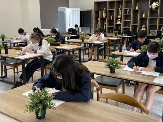 學生專心寫作