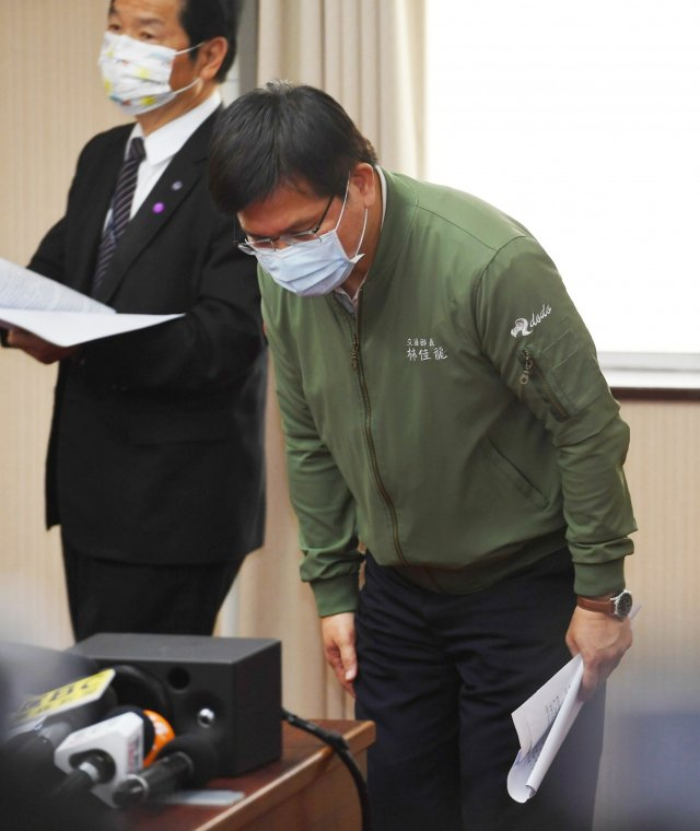 交通部長林佳龍(右)7日列席立法院交通委員會備詢,強調會負起所有責任,並鞠躬致意。(中央社)