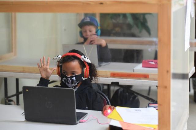 圖為2020年9月10日美國加州一所小學內的學生在社交距離範圍,於教室內學習。(ROBYN BECK/AFP via Getty Images)