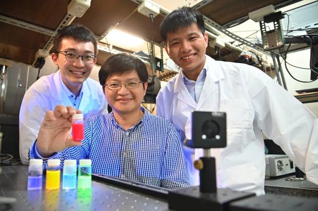 清華大學材料系教授林皓武(中)指導博士生許博惟(左)、莊詠棠(右)研發全球最亮鈣鈦礦量子光源。(清華大學提供)