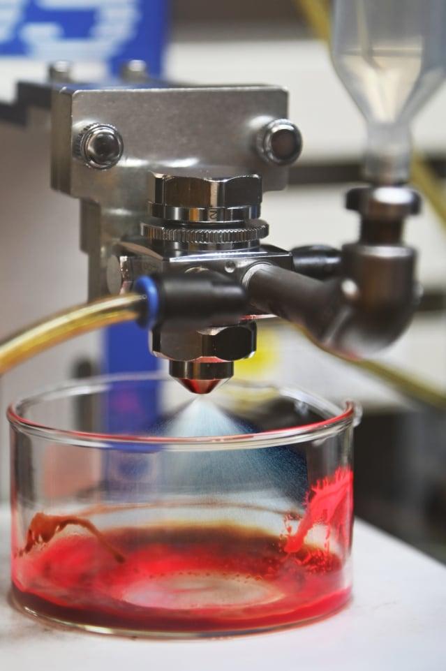 用「噴霧合成法」來製備鈣鈦礦量子點,可增加溶液的接觸表面積,讓量子點外表包覆一層均勻的有機保護層。(清華大學提供)