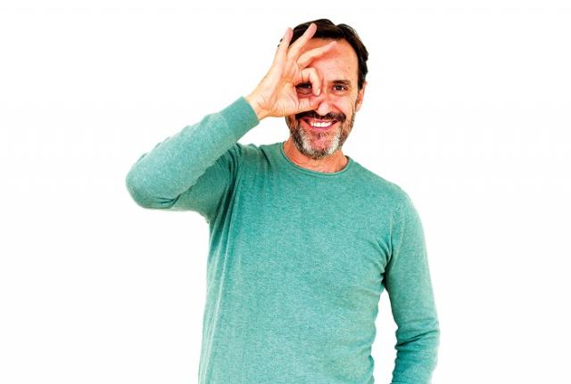 老年人出現睫毛倒插的問題,發生原因多與年紀增長導致眼皮鬆弛,以及眼瞼結構無力而往內翻,造成睫毛生長方向往內長所致。(Fotolia)
