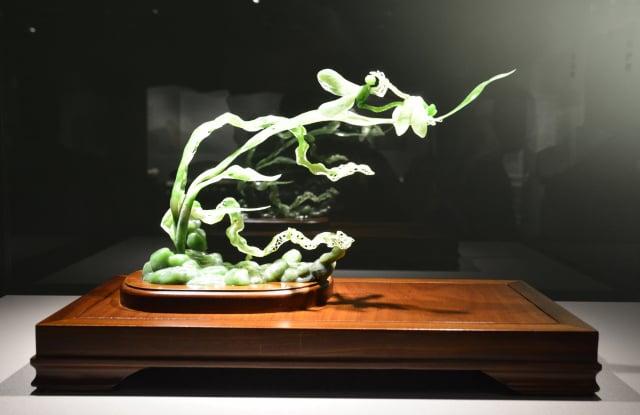 黃福壽的玉雕創作《風輕輕地吹》。(記者賴瑞/攝影)