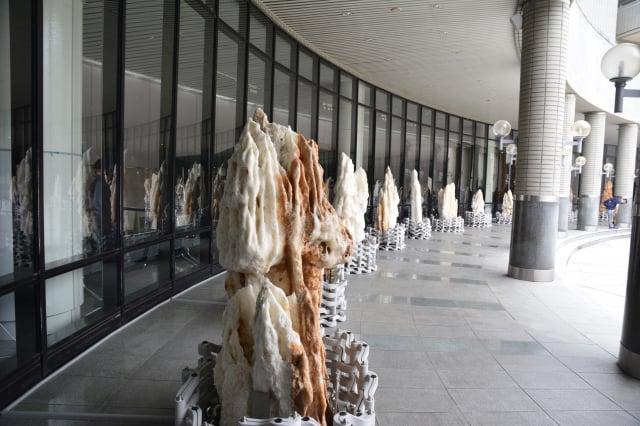 展場外擺設數十件超大型的臺灣玉石原礦。(記者賴瑞/攝影)