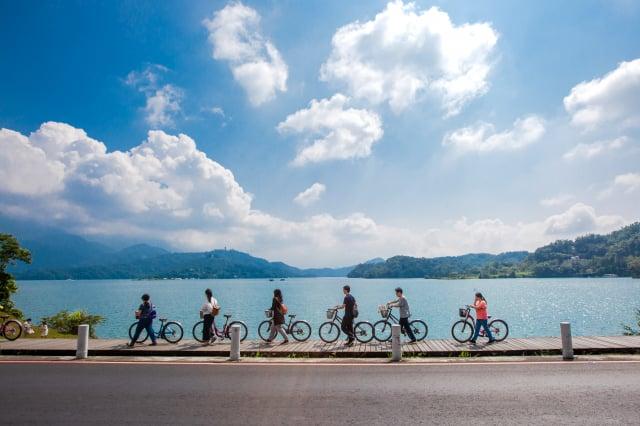 配合2021自行車旅遊年,日月潭星光螢火季以推動夜間賞螢、白天騎車及生態旅遊深度體驗為方向。(日月潭風景管理處提供)