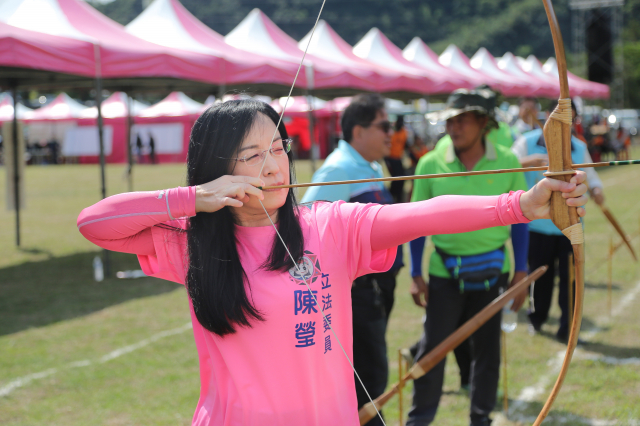 立法委員陳瑩代表進行啟弓儀式。