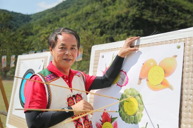 卑南鄉鄉長許文獻舉弓射向特別製作的水果靶紙,祈求五果開運,疏解乾旱。