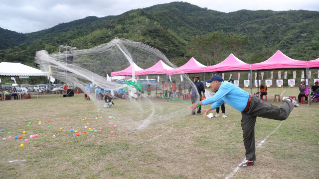 全國原住民傳統射箭比賽,同時進行傳統撒網競技。