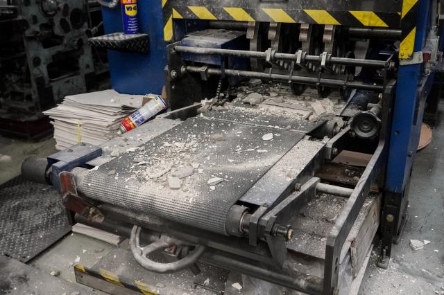 暴徒敲打出報機之後,還將混擬土碎撒在機器上。(記者余鋼/攝影)
