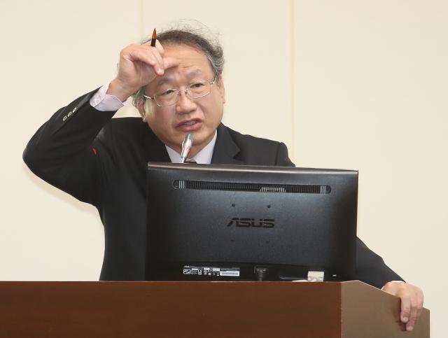 農委會副主委黃金城(圖)12日在立法院表示,農委會已清查6,400多座養豬場,檢驗結果均安全,12日會將全國養豬場清查完畢。(中央社)