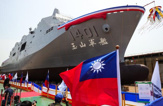 海軍「新型兩棲船塢運輸艦」13日在台船公司高雄港區下水,並命名為「玉山艦」。(中央社)
