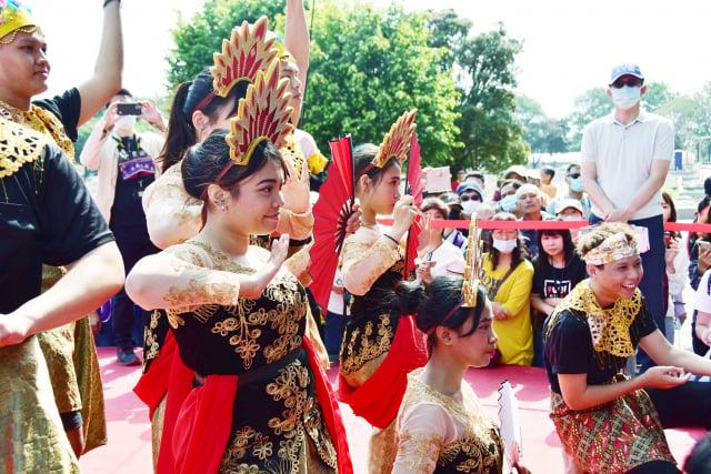 明道大學國際生著傳統服飾表演舞蹈。