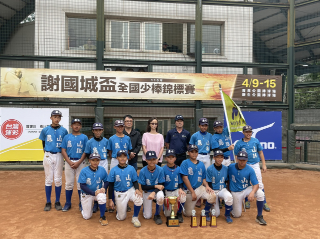 桃園市隊在謝國城盃全國少棒錦標賽奪冠後開心合影。(中華棒協提供)