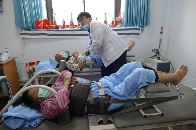 國姓民眾在埔基物理治療所接受復健治療。