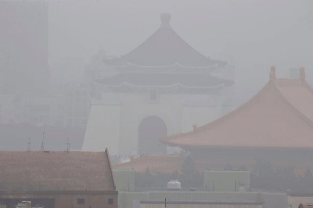 環保署預估,今日全臺空氣品質多為「橘色提醒」等級,西半部局部地區短時間達「紅色警示」等級。資料照。(中央社)