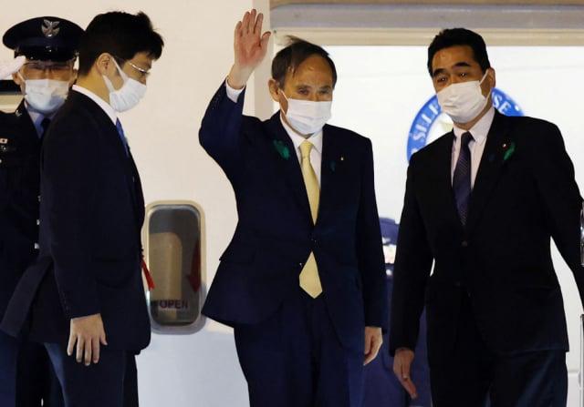 日本首相菅義偉(右2)4月15日啟程前往美國,會晤美國總統拜登,傳雙方將在臺灣問題上口徑一致。(STR/JIJI Press/AFP via Getty Images)