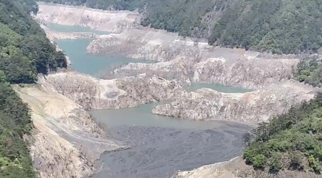 臺灣遭逢56年來大旱。圖為德基水庫大片河床裸露。(中央社)