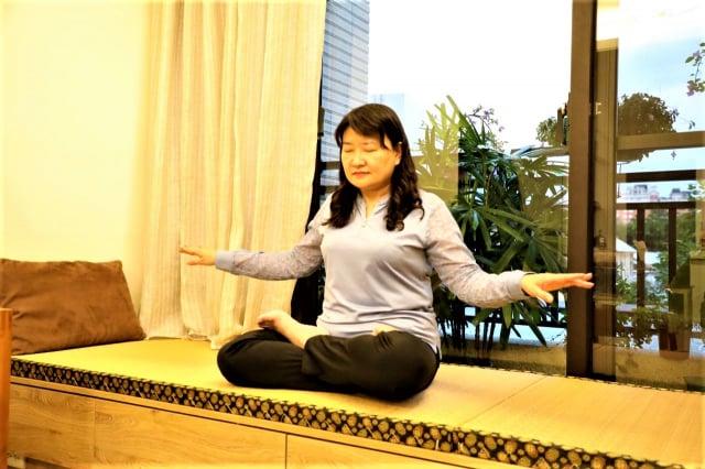 修煉20年的劉文格講述著她生命的轉變,盼中國人明辨是非。(劉文格提供)