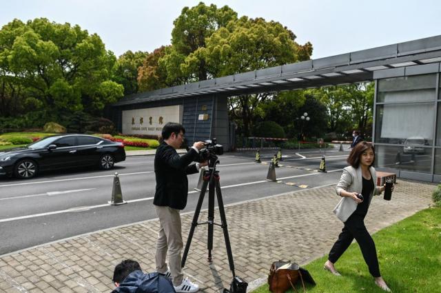 美國氣候變遷特使凱瑞上週訪問中國,欲邀請中國國家主席習近平出席4月22~23日,於華府召開的氣候變遷峰會。圖為4月16日媒體守在凱瑞下榻的上海東郊賓館外。(HECTOR RETAMAL/AFP via Getty Images)