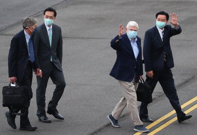 美國總統拜登摯友、前參議員陶德(Chris Dodd)(右 2)率訪問團搭乘專機,14日下午飛抵松山機場。(中央社)