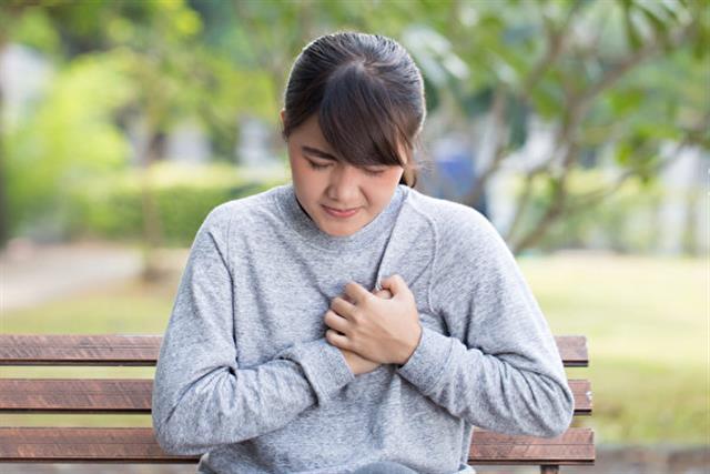 從中醫觀點看,乳房屬胃,乳頭屬肝,衝脈所司在肝,而又隸屬於足陽明胃經,故衝脈與乳房、乳頭相關,若肝氣鬱結或痰溼阻滯,經前、經期衝脈氣血充盛,鬱滯更甚,令乳絡不暢,致乳房脹痛。 (Shutterstock)