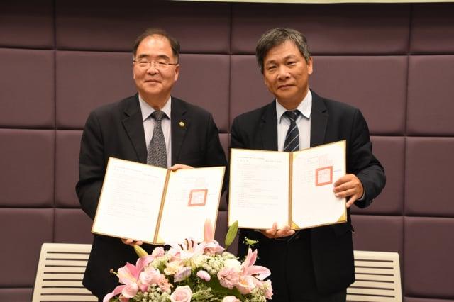 彰基副院長林慶雄醫師(右)及東海副校長王立志教授(左)簽署合約。