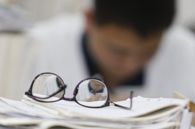 據報導,中共教育部下令清除中小學圖書館中可能導致「崇洋媚外」的書籍。示意圖。(STR/AFP/Getty Images)