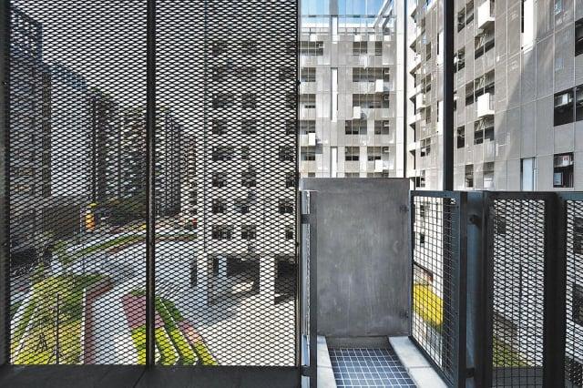 去年才啟用的育賢社會住宅,被認為陽台鐵網造景設計有漏,易攀爬到其他住戶陽台。