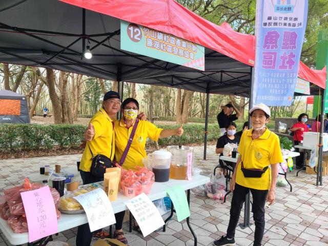 展售在地特色農產品及美食的社區發展協會攤位。