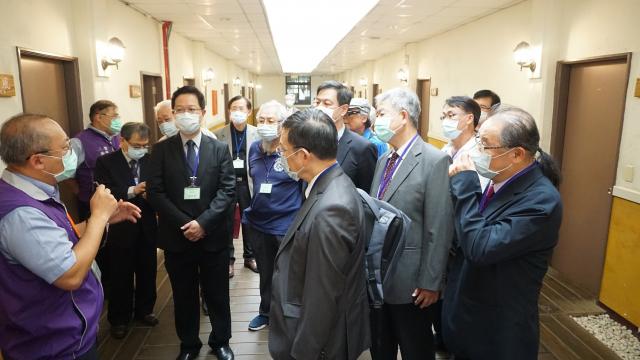 中區縣市醫師公會幹部參觀草療院區。