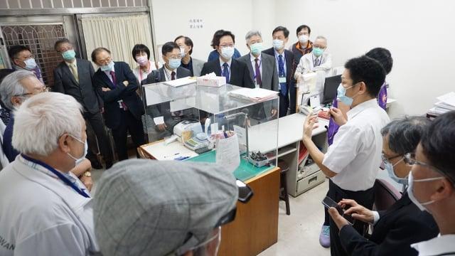 草療人員為中區縣市醫師公會幹部介紹毒品鑑驗。