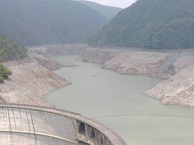 乾旱不雨,臺中市和平區德基水庫水位持續下降,兩側山壁都已露出。(中央社)