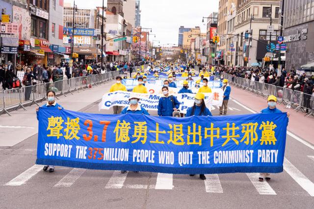 4月18日(週日),為紀念萬名法輪功學員1999年在北京和平上訪22周年,上千名大紐約地區中西族裔法輪功學員,在紐約華人社區法拉盛舉行遊行。(記者戴兵/攝影)