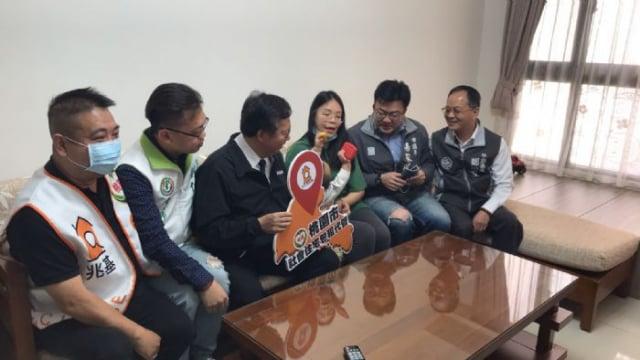 桃園市長鄭文燦20日訪視桃園市政府社會住宅包租代管政策戶。