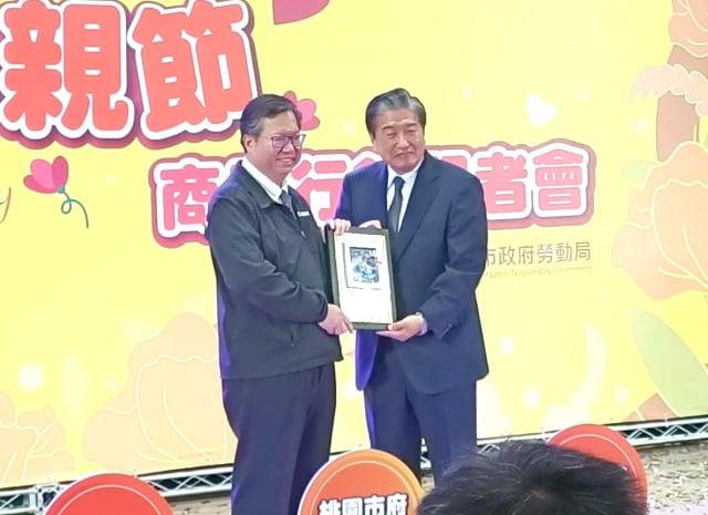 凱基社會福利慈善基金會採購庇護商品獲金質獎由曾錦隆執行長領獎(桃園療養院提供)