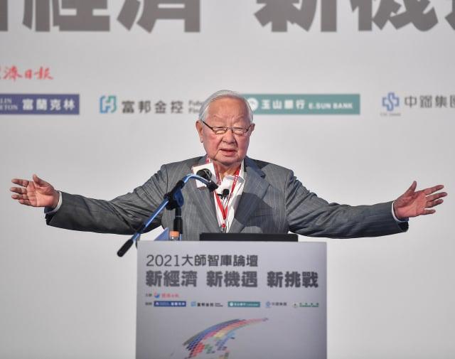 2021大師智庫論壇21日在臺北國際會議中心舉行,台積電創辦人張忠謀以「珍惜臺灣半導體晶圓製造的優勢」為題演講。(中央社)