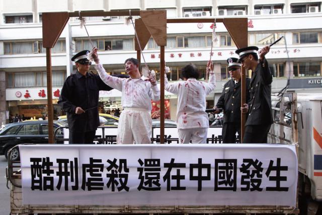美國國際宗教自由委員會(USCIRF)發布2021年年度宗教自由報告。報告指出,2020年,中共繼續迫害法輪功。圖為法輪功學員演示中共酷刑。(大紀元)