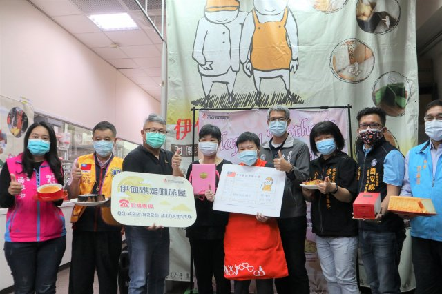 23日伊甸舉辦母親節禮盒推廣記者會,庇護事業處處長陳智宏與庇護員工小彤及媽媽還有貴賓們一起號召民眾支持響應。(伊甸基金會提供)