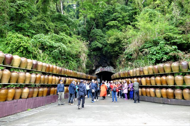 八八坑道門口,堆疊著三層高的大酒甕,左右相對的陶甕陣。(攝影/鄧玫玲)