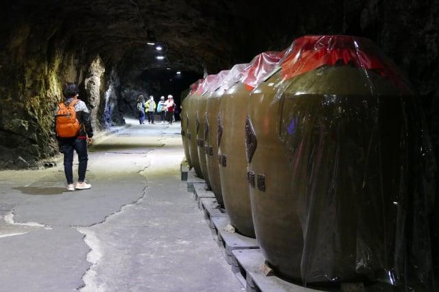 八八坑道裡堆疊著很多的酒甕,都是真正儲酒的陶甕,散發著淡淡的酒香。(攝影/鄧玫玲)