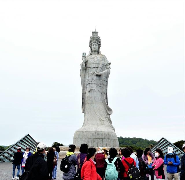 2009年在馬港天后宮的山上立起了高28.8公尺的巨大媽祖神像。(攝影/鄧玫玲)