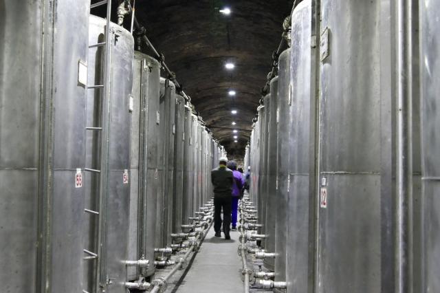 進入八八坑道次通道,來到高粱酒系的酒槽區,高聳的銀白大鋼槽散發著濃烈的酒氣。 (攝影/鄧玫玲)