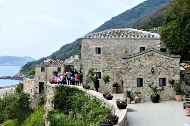 走在芹壁村蜿蜒曲折的石階,欣賞各種不同造型的石屋。(攝影/鄧玫玲)