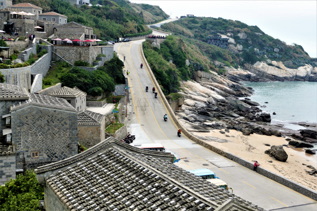 在芹壁村面向大海的露臺,吹著海風,看一整天的海也不厭倦。(攝影/鄧玫玲)