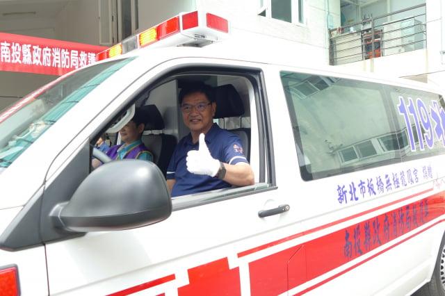 救護車捐贈儀式在松柏嶺分隊舉行,消防局長林聰吉(駕駛座)代表縣府受贈。