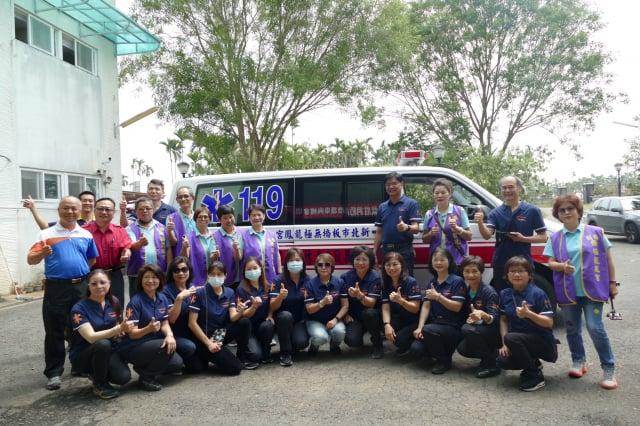 救護車捐贈儀式後,捐贈單位及受贈單位人員合影。