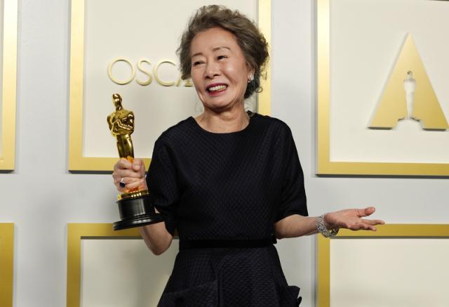 73歲韓國資深女演員尹汝貞摘得最佳女配角獎。(Getty Images)