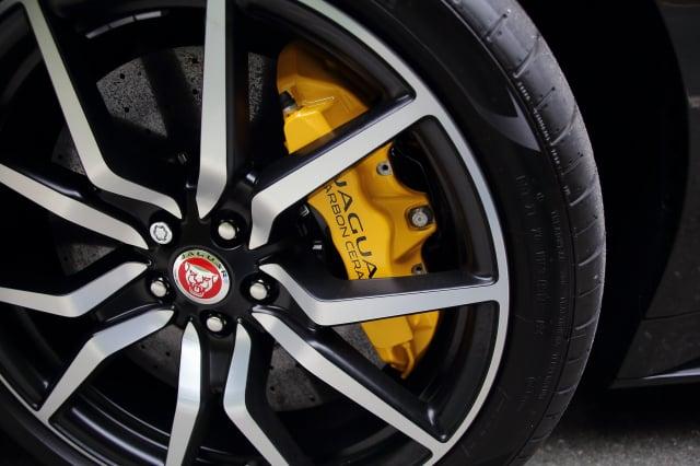 在煞車時,輪胎與車輛的煞車和懸吊系統起到重要的作用。(李奧/大紀元)