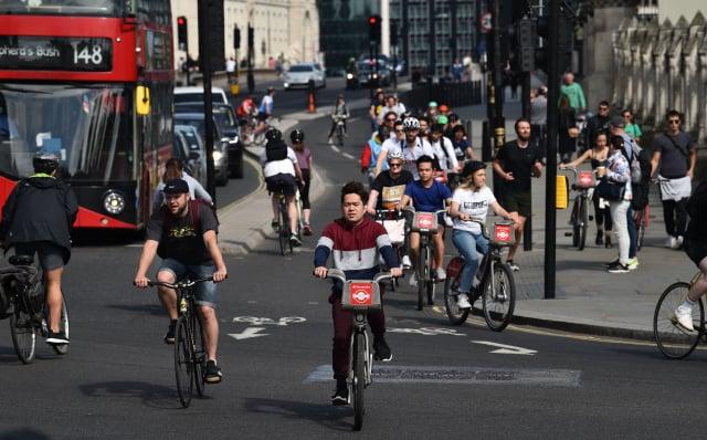 騎自行車的人會利用重力來提高騎行速度。由於此時自行車的速度更高,因此,道路上的自行車引起汽車司機關注和擔憂的可能性,甚至更低。(Getty Images)