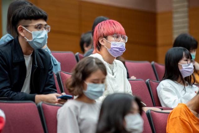 銘傳大學舉行名人座談,學生踴躍參與。